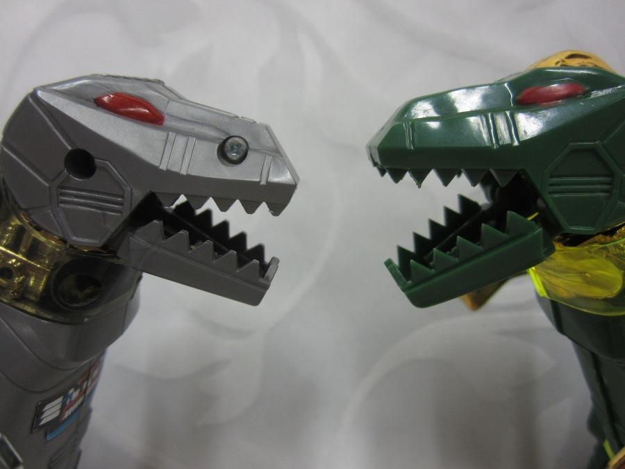 LES ROBOTS DINOSAURES VS GRIMLOCK SHARP TEETH.JPG